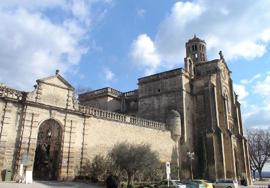 Uzes, France: 教会も迫力ある外観