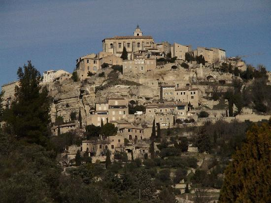 Gordes, France : 要塞のような村の全景