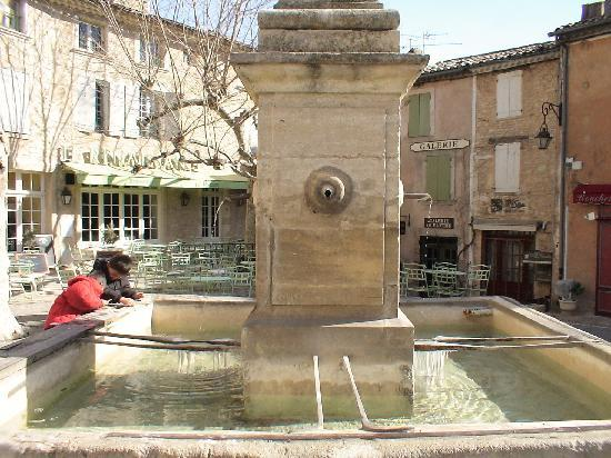 Gordes, Francia: 噴水広場につららができるほどの寒さ