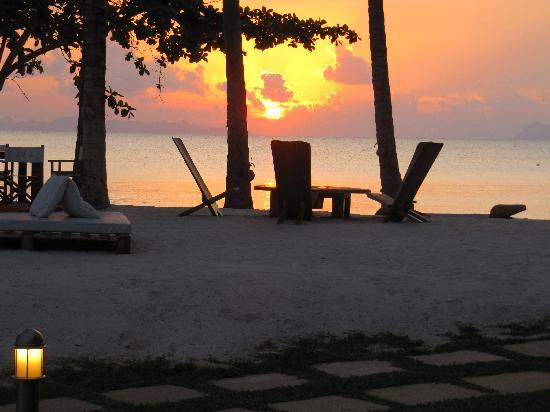 Nikki Beach Resort & Spa : the sunset from our bungalow