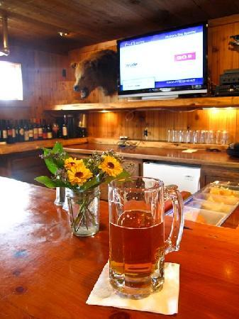 Grizzly Bar and Grill: Beer at the bar
