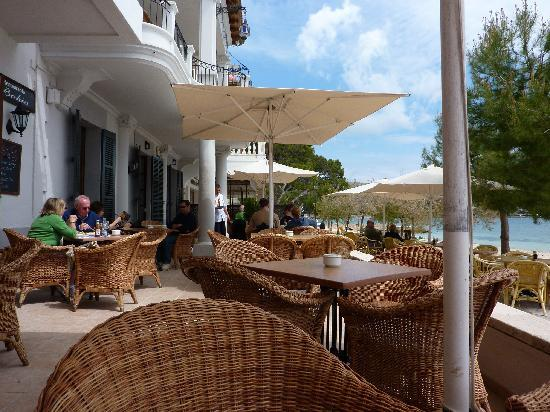 Hotel Illa d'Or : Relaxing with a drink on the patio