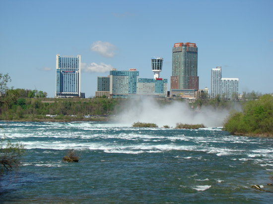 Chutes du Niagara, État de New York : Skyline of Niagara Falls from Three Sisters