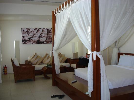 Princess D'An Nam Resort & Spa: Confortable Bed and Sofa with Fruits Basket