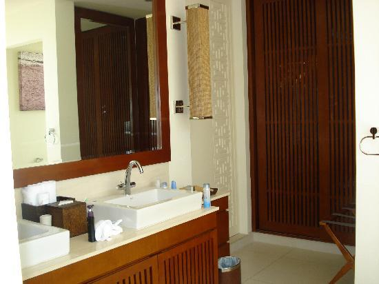 Princess D'An Nam Resort & Spa: Two Sinks and Closet (Beach Sandals and Beach Bag in it)