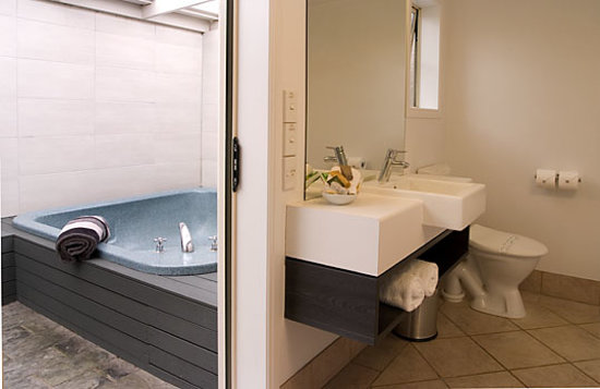 Silver Fern Rotorua - Accommodation and Spa: Executive Suite - Bathroom and Spa courtyard