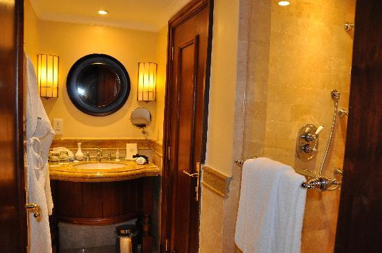 Fairmont Mount Kenya Safari Club: bathrooms