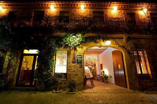 Hotel El Cau de Papibou: fachada de noche