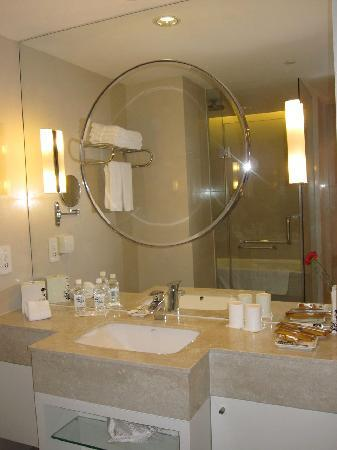 Jinjiang MetroPolo Hotel Classiq Shanghai Peoples' Square : the bathroom