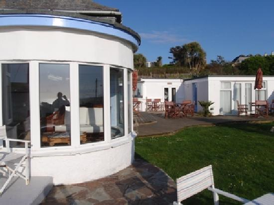 Blue Bay Guest House & Lodge: The terrace on the right and the restaurant on the left