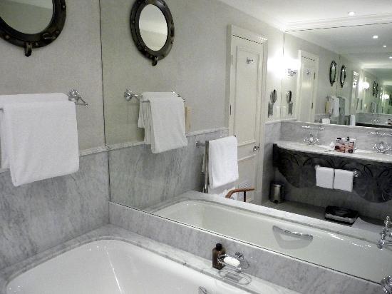 Cape Grace: Room #226 bathroom