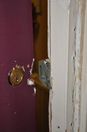 Edinburgh House Hotel : State of the room door from the outside