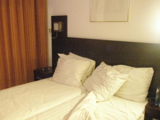 Falcon Plaza Hotel : camas con edredon y almihadas de plumas