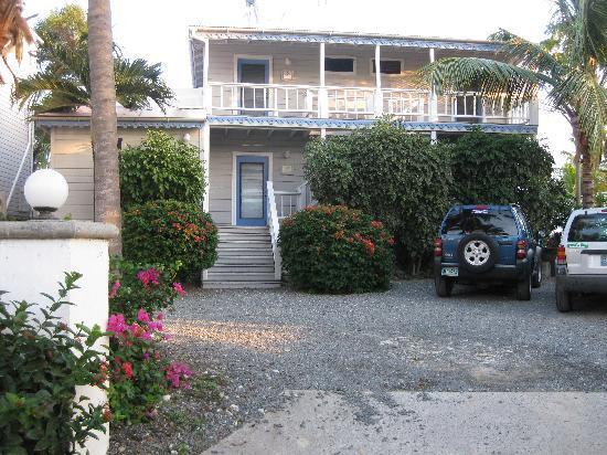 Coconut Coast Villas: Front of building and parking area