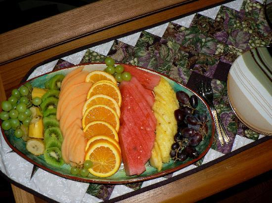 KeriGlen Lakeview Bed & Breakfast: Enjoy fresh fruit every morning