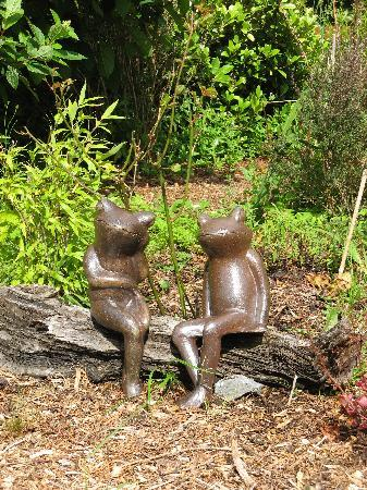 Railway Lodge Country House: garden statues