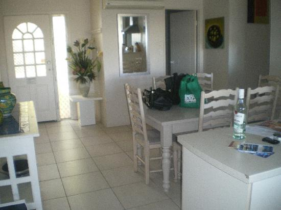 Portside Noosa Waters Resort: view from lounge lookin towards front door