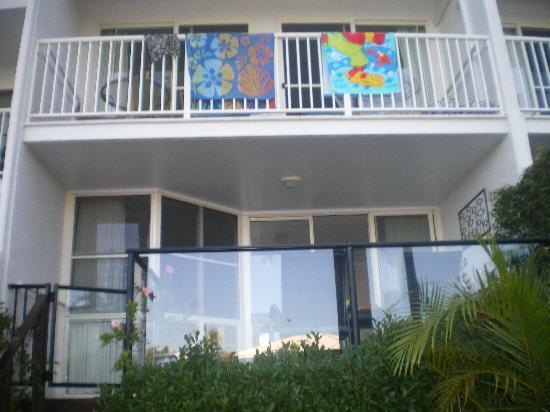 Portside Noosa Waters Resort: onutside by the water