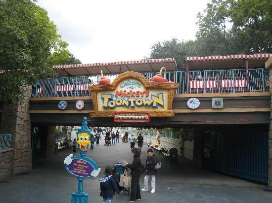 Disney Hollywood Adventure - ou la reconversion idéale du Parc Walt Disney Studios - Page 12 Toon-town-entrance