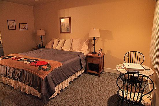 The Tides Inn of Shelter Cove: Bed setup and room arrangement for Room #3