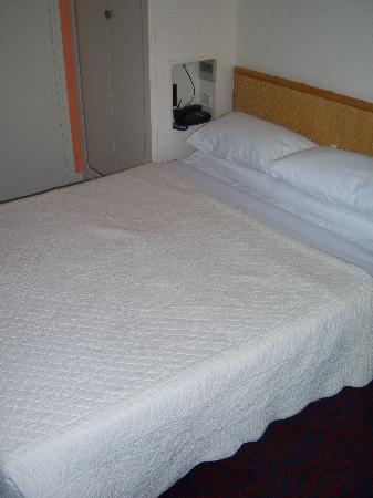 Hotel Diana: Bed was comfy.