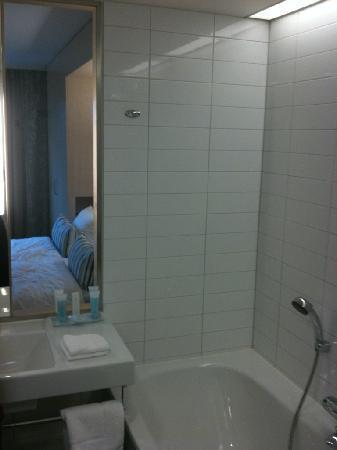 Hilton Helsinki Airport: Bathroom, note window towards the bed