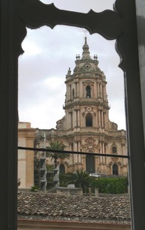 Palazzo Il Cavaliere: vista della chiesa di S. Giorgio