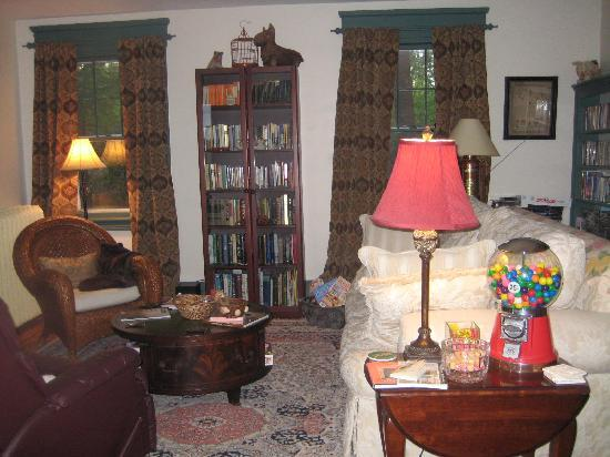 The Tipsy Butler Bed and Breakfast: Living Room area of the Inn
