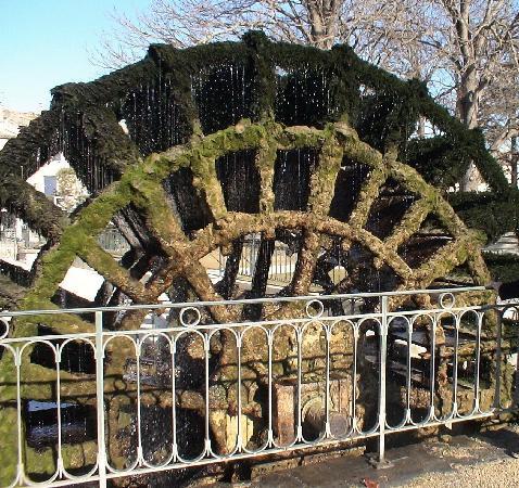 L'Isle-sur-la-Sorgue, France: 村のシンボル、年季の入った大きな水車
