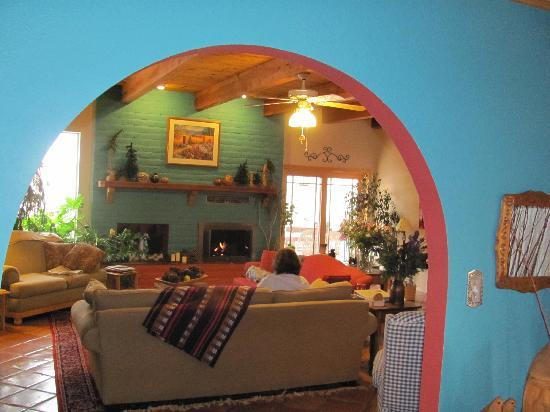 Chocolate Turtle Bed and Breakfast: The great room...colorful and warm.