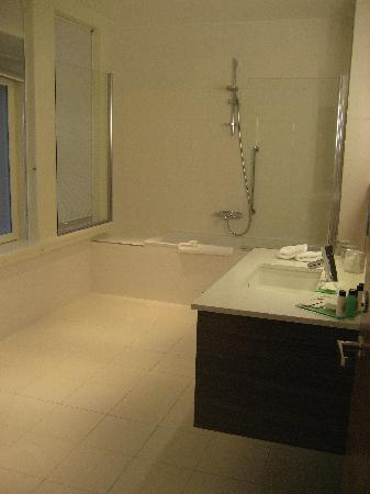 Renaissance Malmo Hotel: Bathroom in the Prestige Room