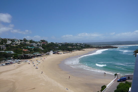 Beacon Island Resort: View of Plett Central beach from balcony