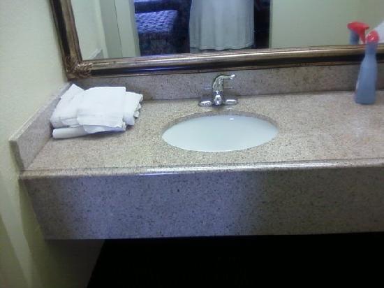 Thrifty Inn: vanity in kids' room