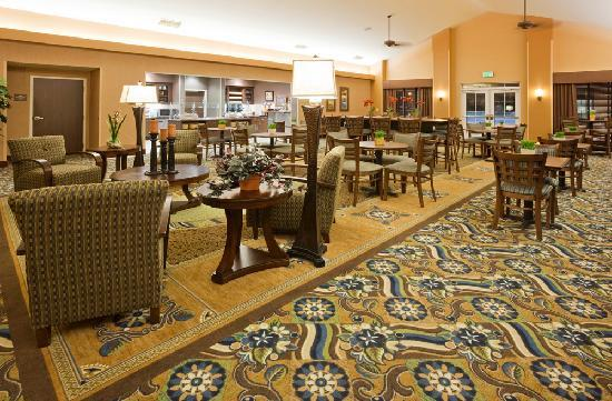 Homewood Suites Minneapolis - New Brighton: Complimentary breakfast buffet daily and complimentary evening reception Mon - Thurs