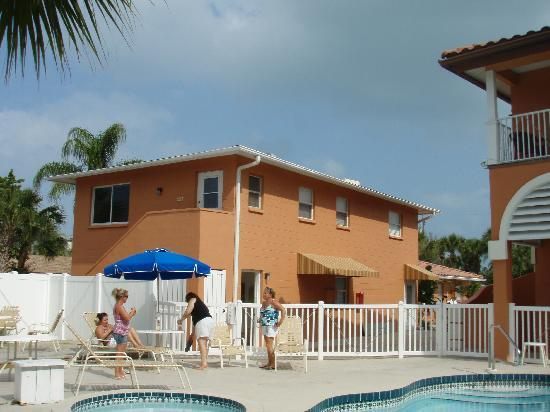 courtyard area picture of tropical breeze resort siesta. Black Bedroom Furniture Sets. Home Design Ideas