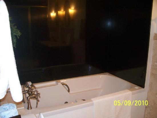 The King's Daughters Inn: Trinity Suite Jet Tub