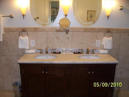 The King's Daughters Inn: Trinity Suite Bathroom Vanity