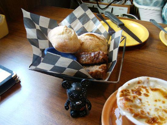 Mimi's Cafe Disneyland : パンも温かくて美味しいです