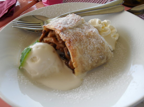 Claudia's Country Restaurant: The famous apple strudel