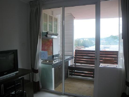 Kata Beach Studio: Balcony with stove