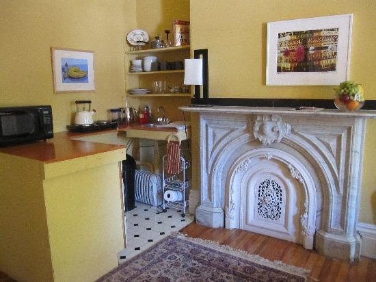 Montgomery Place: Kitchenette with fabulous marble hearth