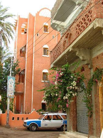 El Fayrouz is tucked in a back street of a residential neighbourhood in Gezira Al Bairat village