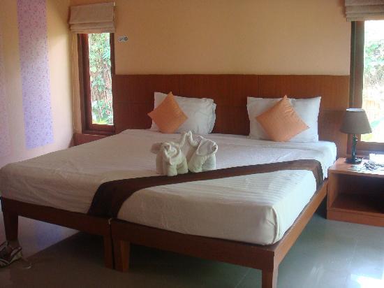 Sunda Resort : cama habitación piscina