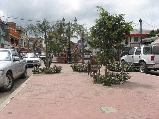 Rincon de Guayabitos, Messico: La Penita main street