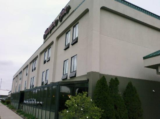 Hampton Inn New Philadelphia: Outside of the hotel