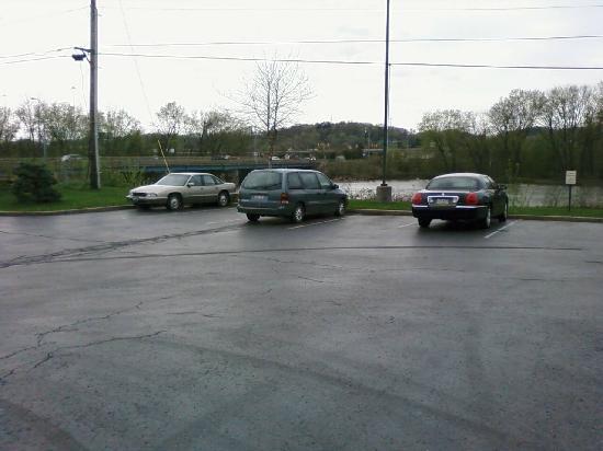 Hampton Inn New Philadelphia: View through parking lot towards river and I-77