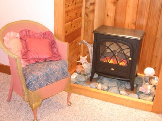 Summerhill Guest House: Cozy Sunset Suite fireplace