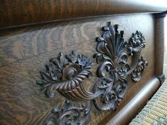 Estorge-Norton House: carved bedstead