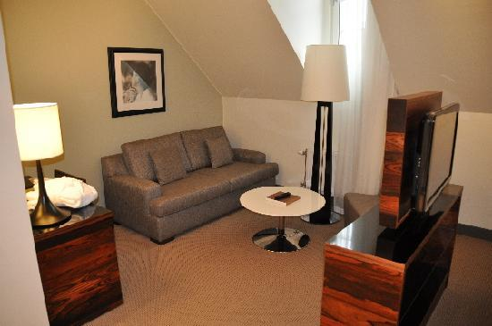 Nacka, Schweden: Sitting area. TV set turnable to bed or sofa.