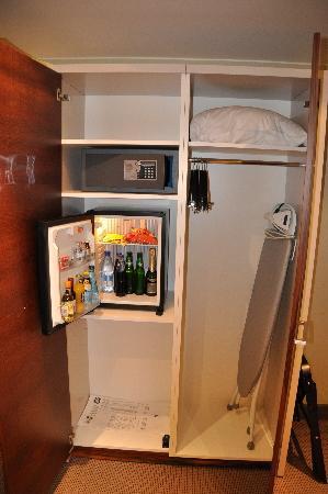 Nacka, Sverige: Closset, minibar and safe.